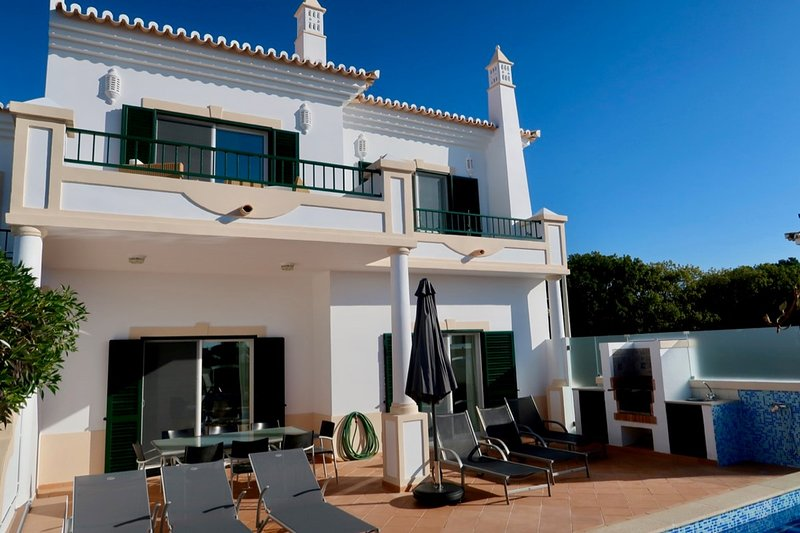 Vale do Lobo Villa Sleeps 6 with Pool and Air Con - 5621008, holiday rental in Vale do Garrao