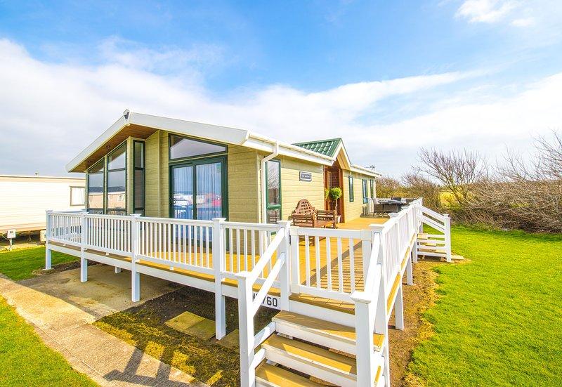 MP760 Lodge - Camber Sands Holiday Park - Sleeps 8 - Huge Gated Decking - Quiet, Ferienwohnung in Lydd