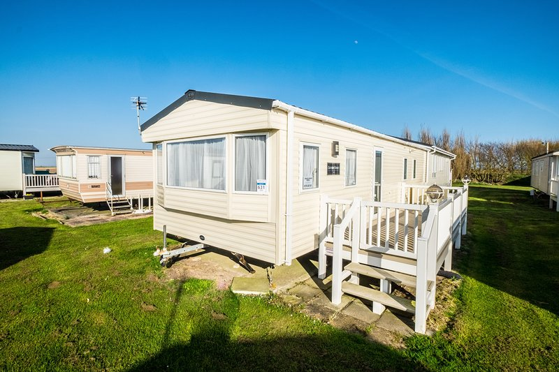 MP631 - Camber Sands - Sleeps 6 - 2 bed + 2 bathroom - gated decking, Ferienwohnung in Lydd