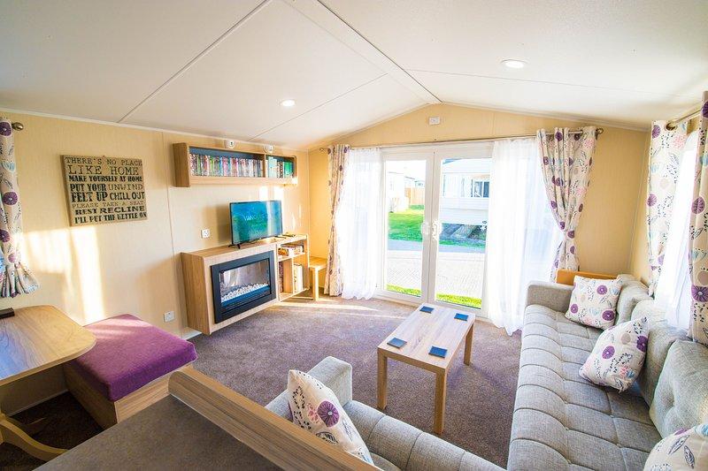 SP150 - Camber Sands Holiday Park - Sleeps 8 - 3 Bedrooms - En-suite - Decking, aluguéis de temporada em Lydd