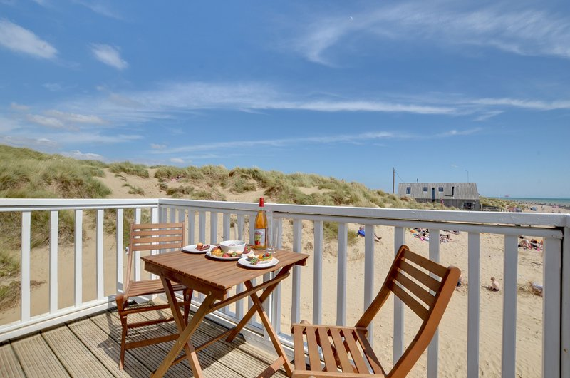 2 Bed Apartment with Balcony Directly on Camber Sands Beach - Sleeps 6 + 1 dog, holiday rental in Rye