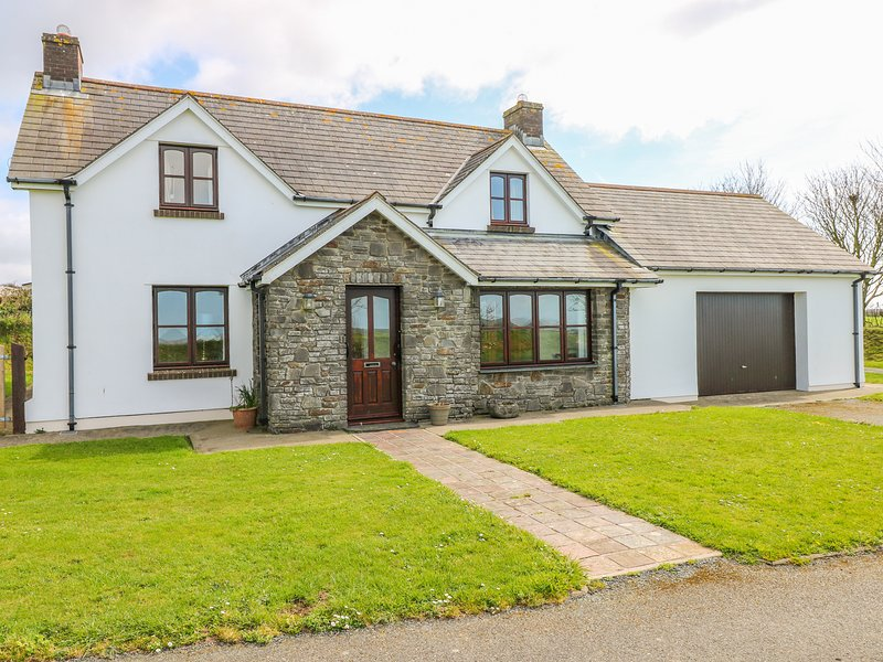 PARK HALL COTTAGE, off-road parking, WiFi, Solva, holiday rental in Newgale