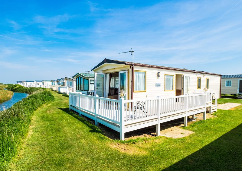 MP503 - Camber Sands Holiday Park - Sleeps 8 - Large Gated Deck - Amazing Views, casa vacanza a Brookland