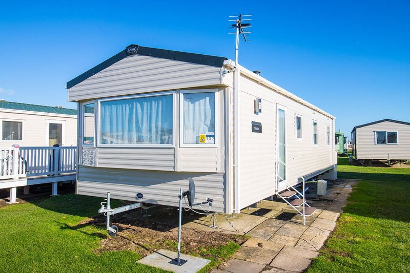 MP302 - Camber Sands Holiday Park - Sleeps 8 - Central Plot near entertainment &, Ferienwohnung in Lydd