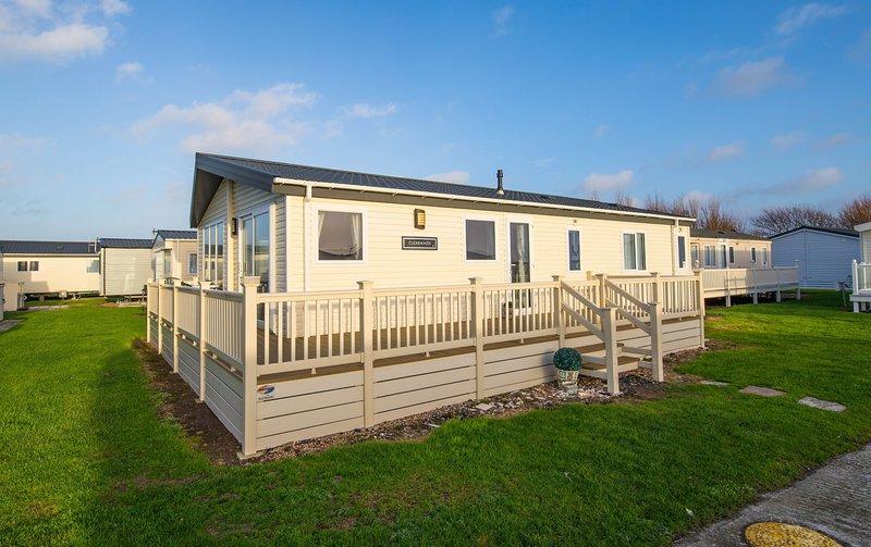 MP630 Lodge - Camber Sands Holiday Park - Sleeps 8 + Huge Decking - Dishwasher, Ferienwohnung in Lydd