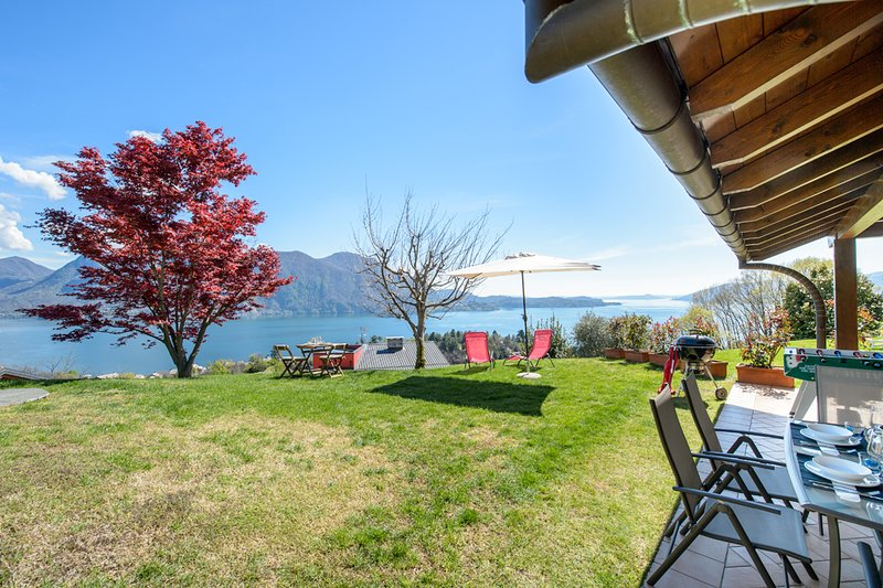 Zoe apartment with garden and lake view in Ghiffa, Ferienwohnung in Bee