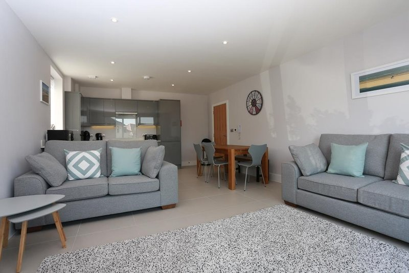 BOURNECOAST: MODERN FLAT ON THE CLIFFTOP WITH SEA VIEWS AND PATIOS - FM6194, holiday rental in Bournemouth