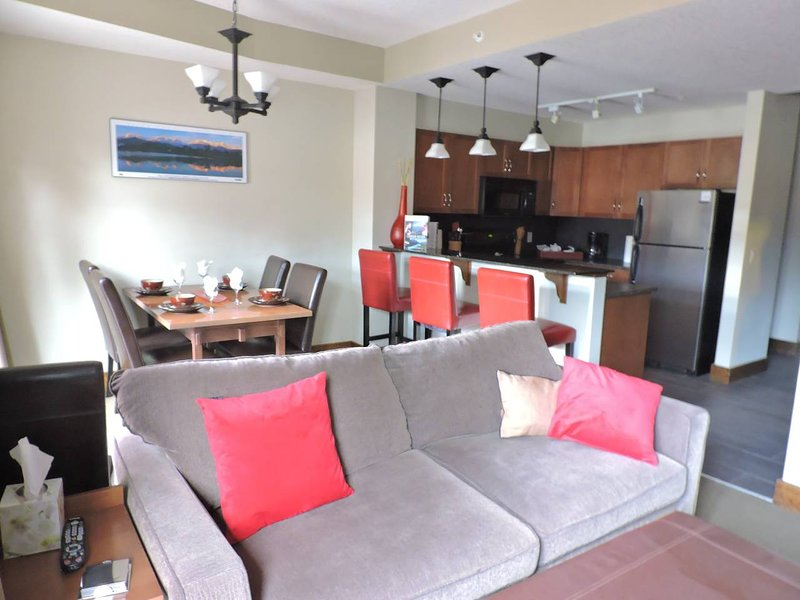 Luxury Rocky Mountain Condo w Hot Tub!! Pets OK, holiday rental in Canmore