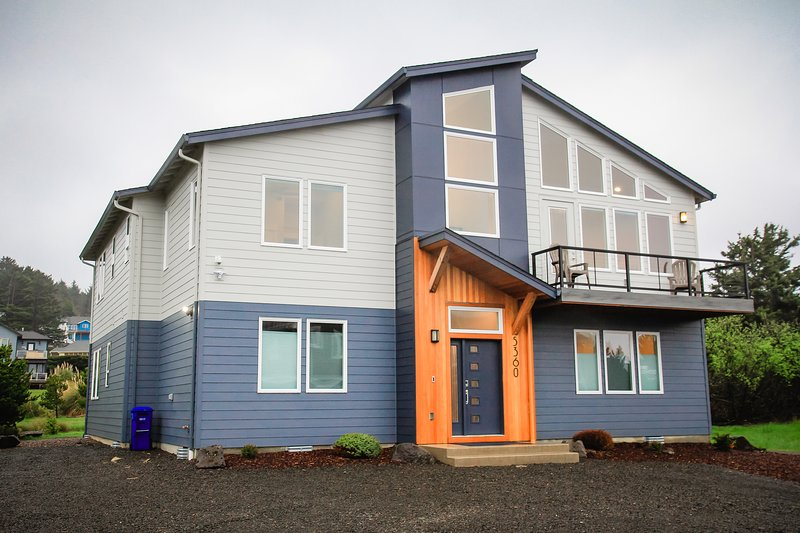 New Beach Home in Roads End, 5 Master Suites, Views, Hot Tub, Fire Pit, holiday rental in Neotsu