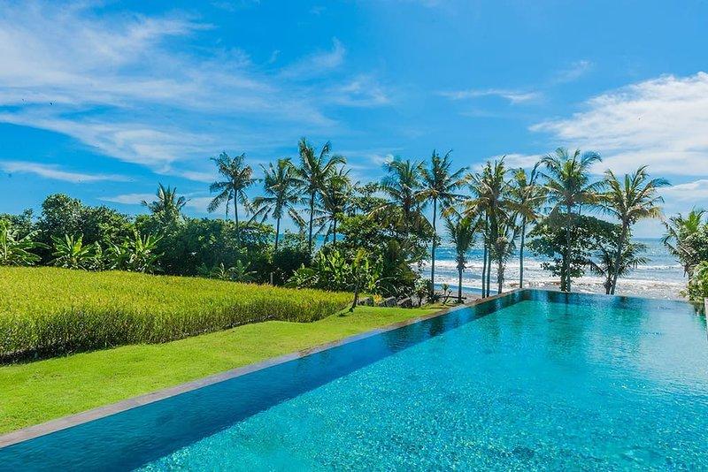 Mengening Villa2-Absolute Beachfront Free Car&Chef, vacation rental in Tanah Lot