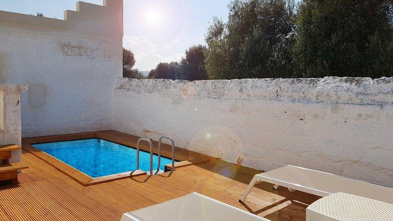 La piscina è circondata da mura di fortificazione originali della masseria