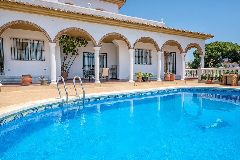 Villa Solea- Elegant Modern 6BR Villa. Stunning sea views, 5 mins Walk to the, holiday rental in Sitio de Calahonda