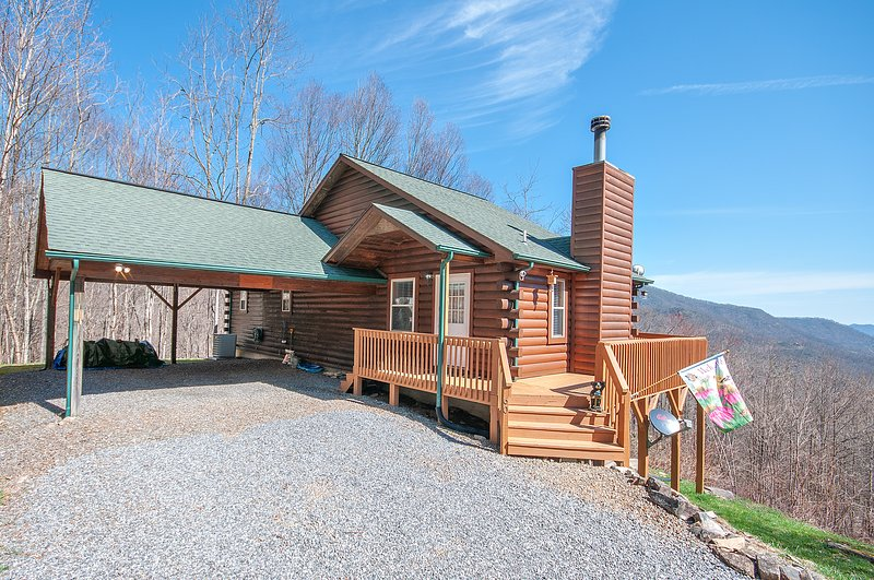 Ridgeview Cabin - Clean, Cozy, WiFi, Central Heat/Air, Mountain Views all rooms, vakantiewoning in Maggie Valley
