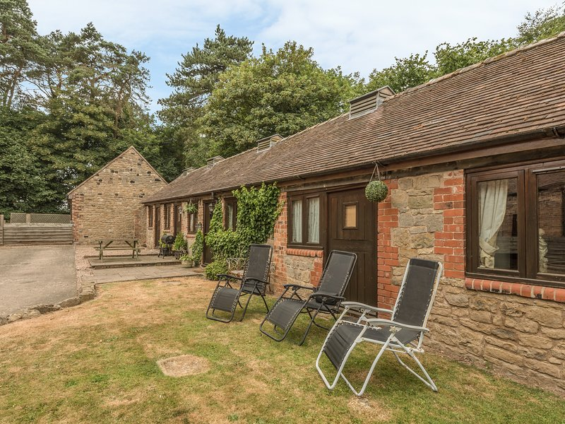 SPINNEY RETREAT, pet friendly, luxury holiday cottage, with a garden in, holiday rental in Rushbury