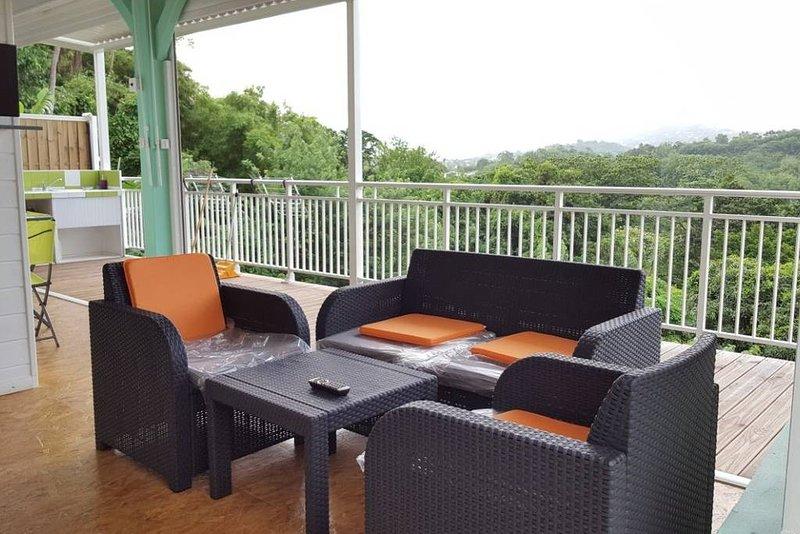 Beautiful bungalow with garden, location de vacances à Saint-Esprit