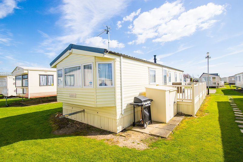 MP659 - Camber Sands Holiday Park - Sleeps 8 - Large gated decking - Quiet area, Ferienwohnung in Lydd