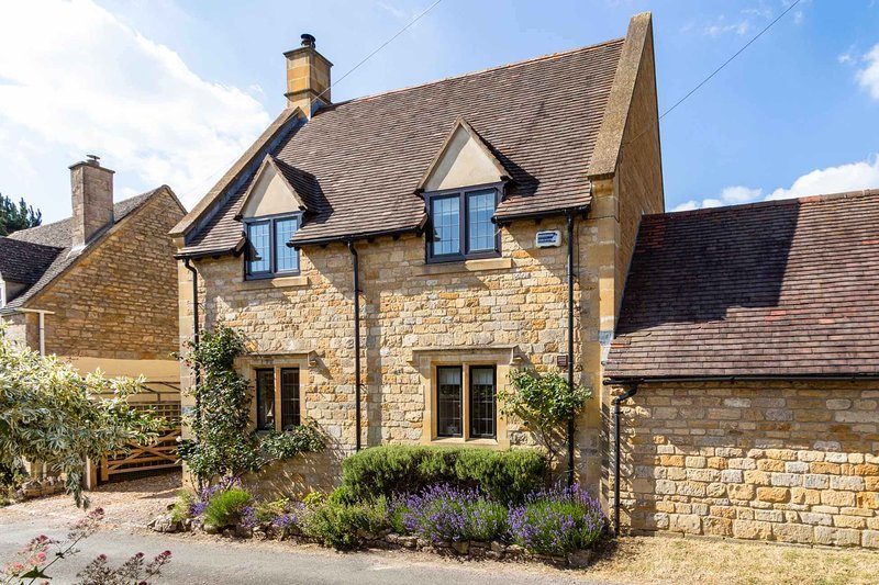 Lavender Cottage is a stunning Cotswold stone property in Stretton-on-Fosse, location de vacances à Halford