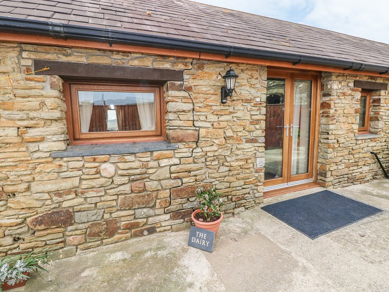 THE DAIRY, single-storey cottage, open plan living area, country views, near, vacation rental in Vale of Glamorgan