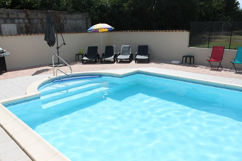 Private Heated Pool, Stunning Scenery & Spacious Accomodation, holiday rental in Saint Romain sur Gironde