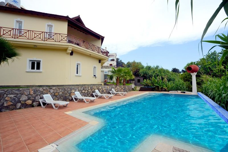 Holiday Villa with Private Pool ( 10 person capacity,near to Escape beach ), location de vacances à Edremit (Trimithi)