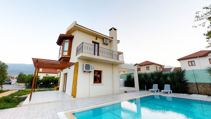 Holiday Villa in Kyrenia/Alsancak ( private pool,walking distance to the sea), holiday rental in Kayalar