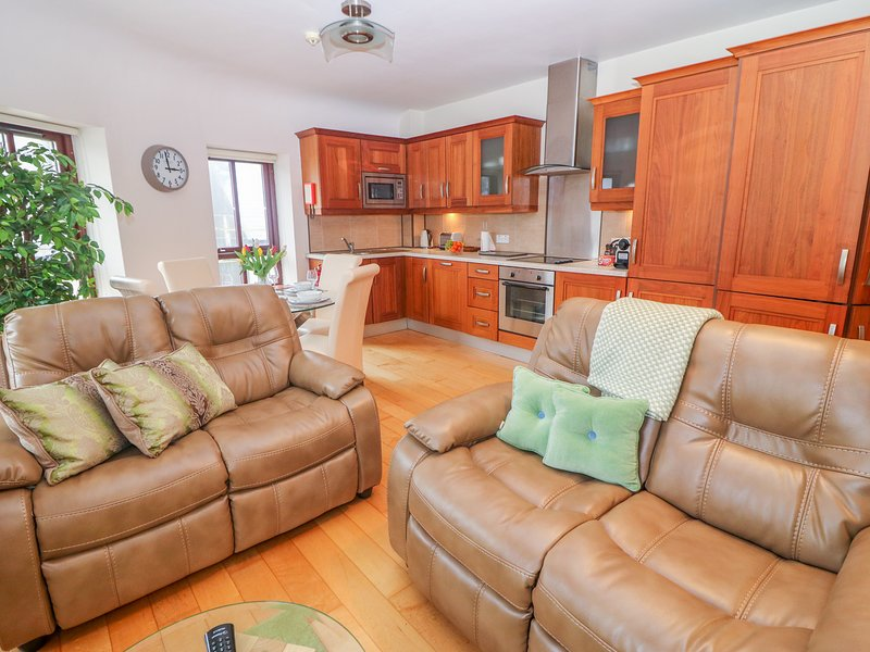 APARTMENT 14, WiFi, central location, in Cahersiveen, holiday rental in Kilcummin