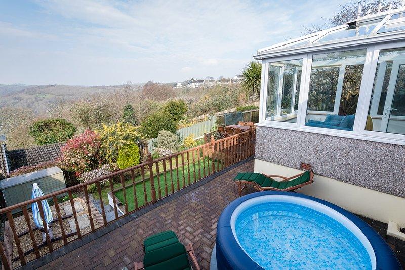 Il secondo patio ospita la vasca idromassaggio e i lettini - un luogo perfetto per rilassarsi!