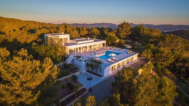 Cala Gracio Villa Sleeps 10 with Pool and Air Con - 5786502, aluguéis de temporada em Cala Gracio