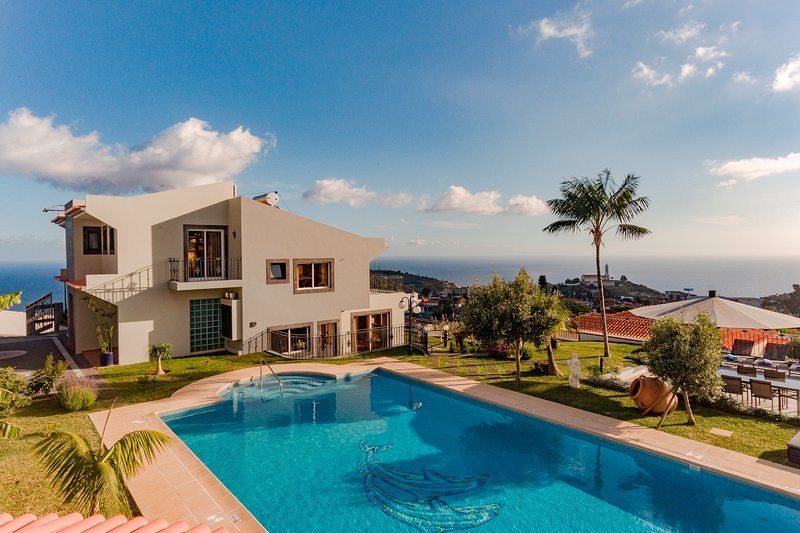 NEW Fabulous villa, Funchal, panoramic sea-view, heated pool, hot tub | BelAir, Ferienwohnung in Funchal