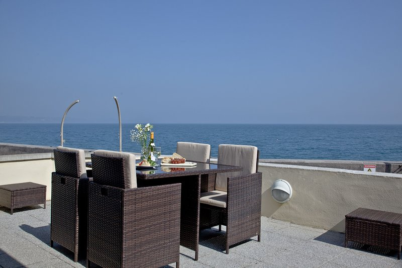 3 At The Beach - A modern beachside apartment with panoramic sea views, vacation rental in Slapton