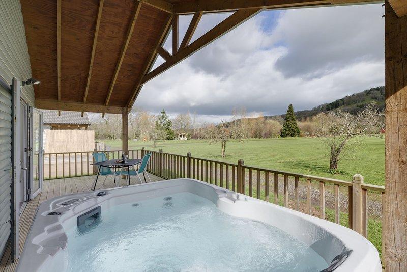 The Clover Lodge, Redlake Farm - A romantic lodge escape, with a bubbling hot tu, Ferienwohnung in Butleigh