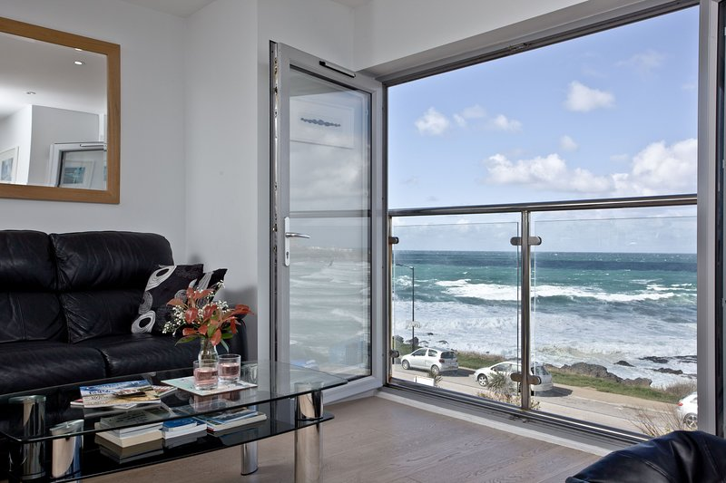 5 Fistral Beach - Modern coastal living with views over Fistral Beach, holiday rental in Newquay