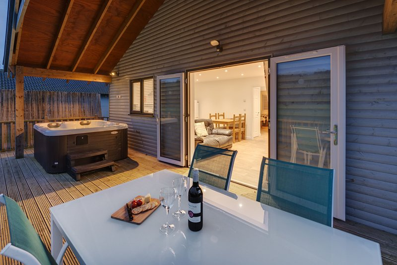 Woodpecker Lodge, Redlake Farm - A countryside lodge in Somerset complete with a, Ferienwohnung in Butleigh