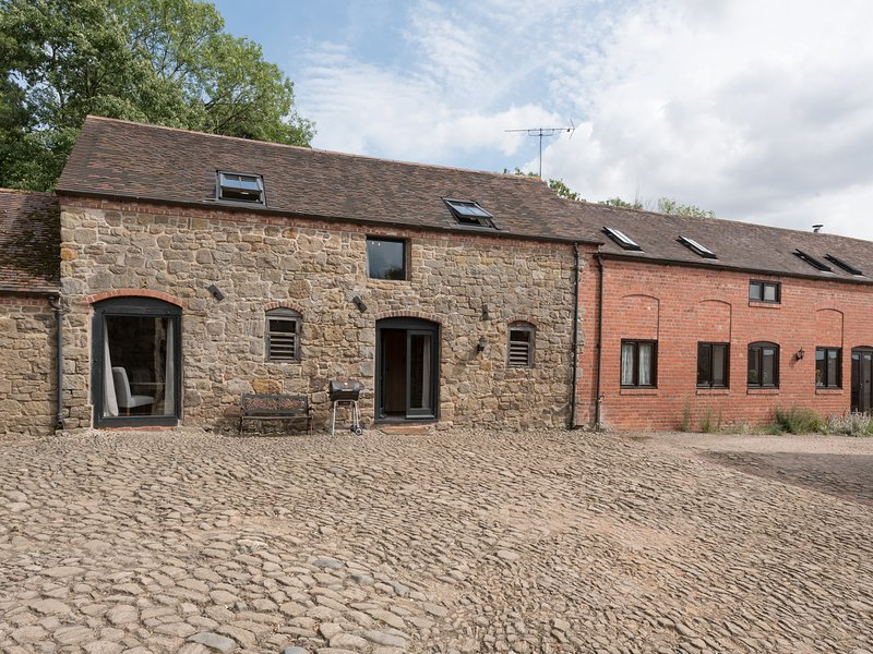 CORN HOUSE, pet friendly, luxury holiday cottage, with a garden in Cardington, holiday rental in Rushbury