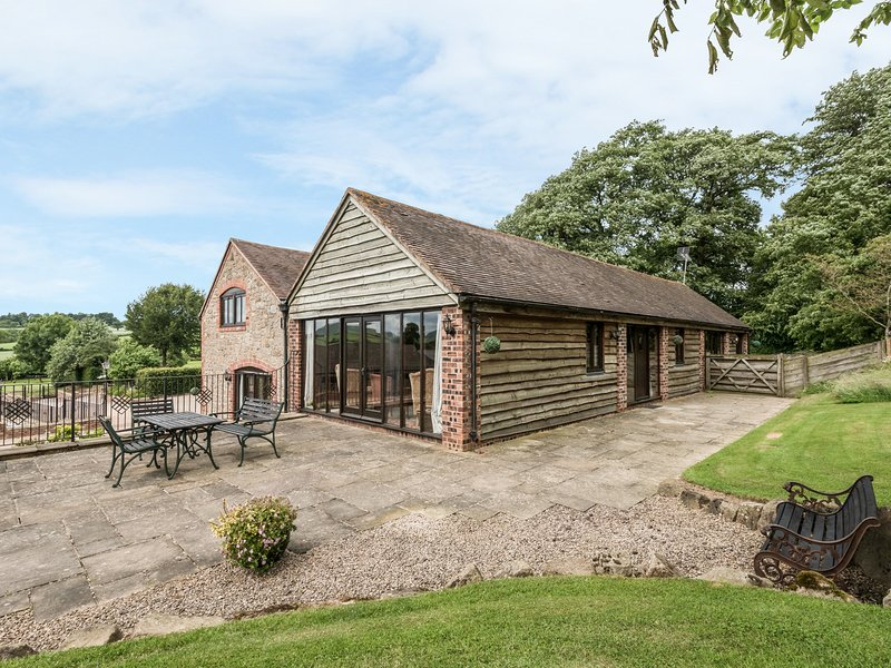 TURNIP HOUSE, pet friendly, luxury holiday cottage, with a garden in Cardington, holiday rental in Rushbury