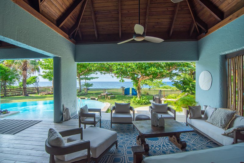 Luxury Ocean Front Villa w/ Private Pool & Beach Cove *DISCOUNTS* 3&4 Room rates, holiday rental in Priory