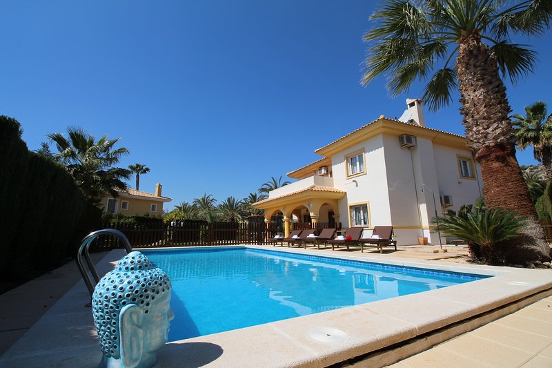 VILLA EN CAMPO DE GOLF CERCA DE PLAYA, vacation rental in Agost