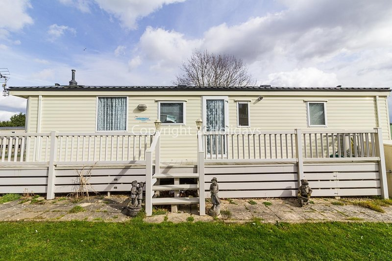 Superb pet friendly caravan for hire at Breydon Water in Norfolk ref 10089B, holiday rental in Haddiscoe