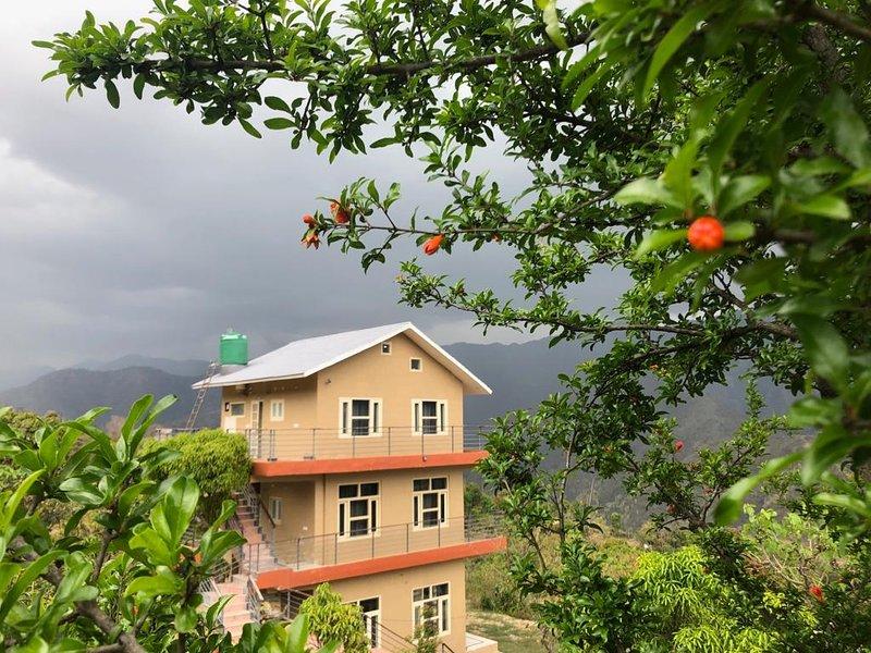 Hill Top village stay near Kathgodam with cook, location de vacances à Haldwani
