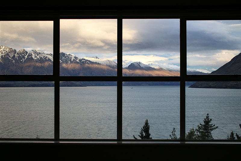 This Luxurious, Newly Renovated Villa has Private Access to Lake Wakatipu, location de vacances à Queenstown