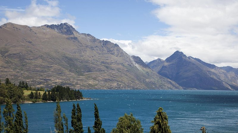 Picture Relaxing in this Chic Apartment with magnificent views of the, location de vacances à Queenstown