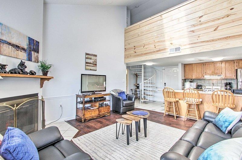 Este condomínio possui uma decoração de bom gosto e um layout espaçoso conceito aberto.