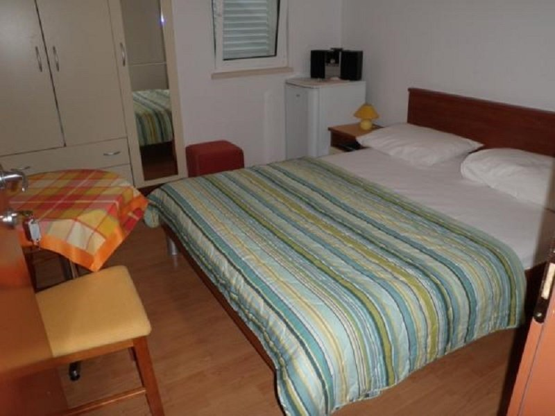 Korcula Holiday Home Sleeps 2 with Air Con - 5811392, holiday rental in Medvinjak