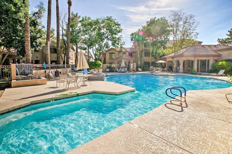 Njut av tillgång till bekvämligheter som en uppvärmd pool, badtunna och mer.
