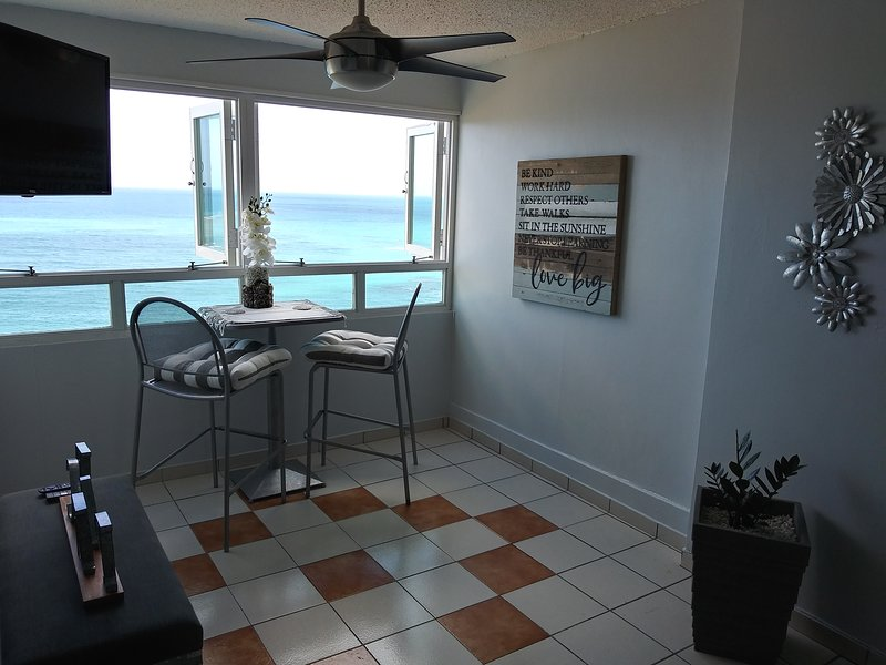 Breezy beachfront apartment with view of paradise, vakantiewoning in Luquillo