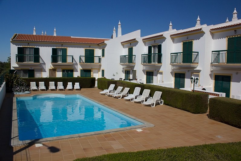 Stylish 2 bed house with private patio and shared swimming pool, casa vacanza a Vila Nova de Cacela