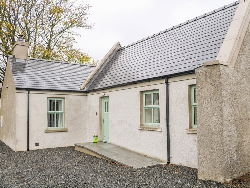 MINNIE'S COTTAGE, KILLEAVY, off-road parking, WiFi, near Newry, holiday rental in Meigh