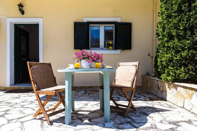 Cozy studio with a private garden, aluguéis de temporada em Alepou