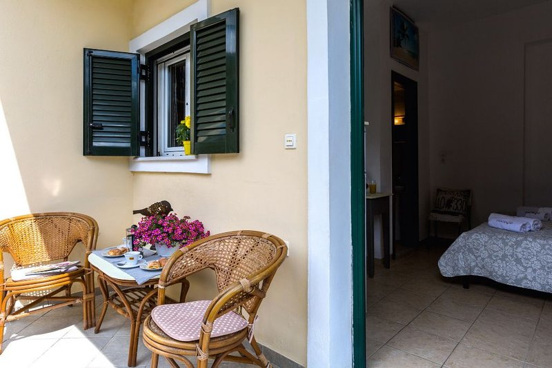Cozy studio between Corfu's town and famous beaches, aluguéis de temporada em Alepou