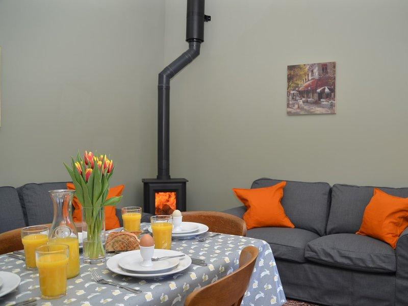 Relájese en el amplio y luminoso salón / cocina / comedor